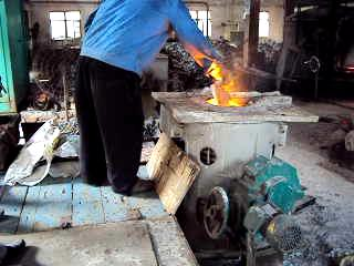 Operation steps in front of induction furnace for cast steel